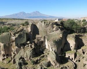 村からのハッサン山、ブドウ畑は 写真右側のすそ野にある