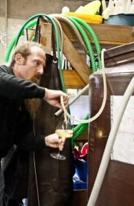 炻器のタンクで醸造したオクセロワをグラスにとるスヴェン